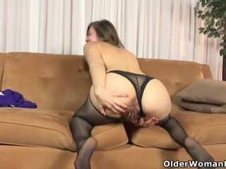 Hairy mature Susana spreads her pussy wide open