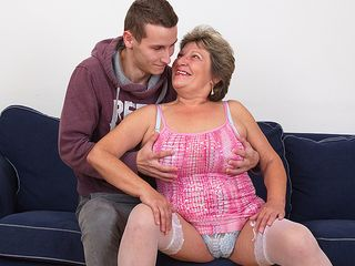 Horny mama drilling and deep-throating her plaything guy