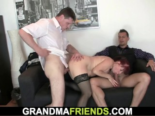 Biz chick stretches gams for 2 studs