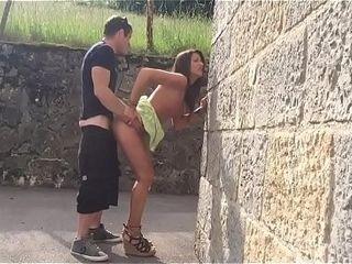 Beurette qui suce dans numbing rue et elle se fait baiser chez elle
