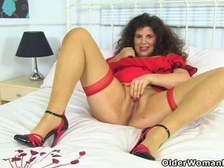 Brit cougar Gilly shovels a fake penis up her raw pussy