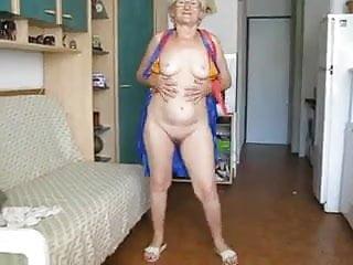 Abuela excibiendo su hermoso cuerpo