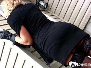Seductive stepmom shows off her sensational body