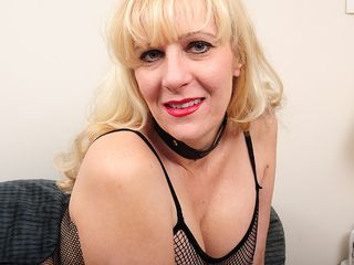 This blonde Yankee housewife likes to get raw and horny
