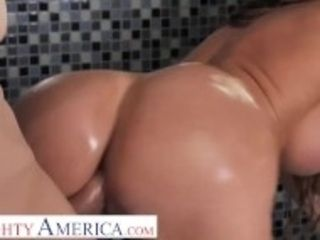 """""""Naughty America Richelle Ryan soaps up with friend's husband"""""""