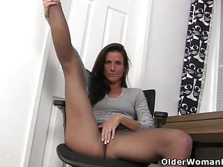 Yankee cougar Joclyn takes care of her pantyhosed coochie