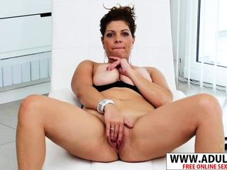 European cougar Nicol massages Her cooter