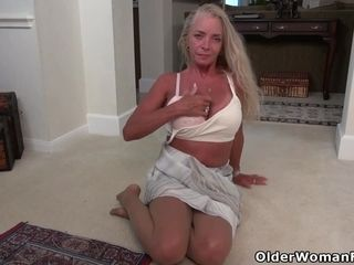 Sport cougar Ciel paws her gaping cootchie